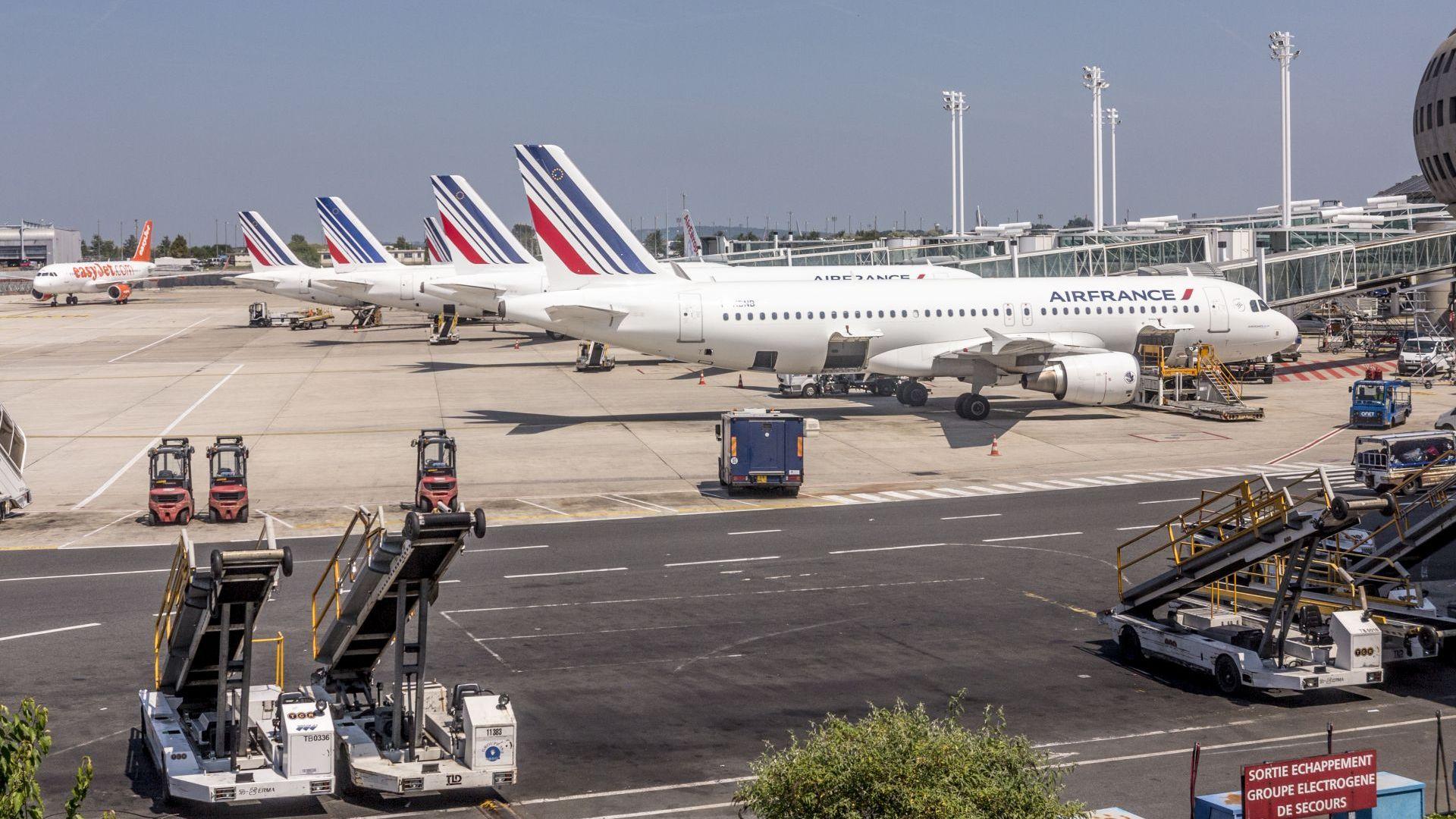 Френските власти изолираха приземил се в Париж самолет заради предполагаемо взривно устройство
