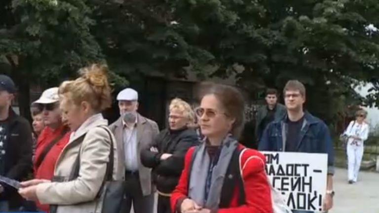 Жители на Варна се събраха на протест пред емблематичния плувен