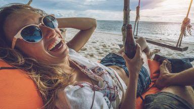 Науката: Защо времето отлита като миг, когато сме на почивка?