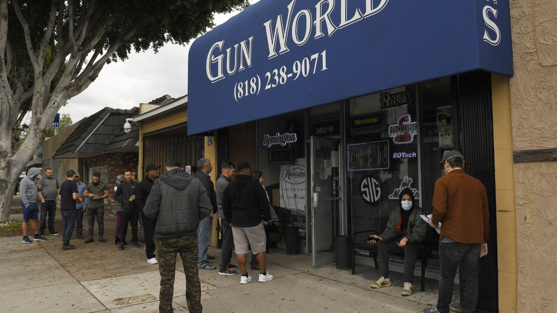 Насред вълната от насилие в САЩ съдия отмени забраната за автоматични оръжия в Калифорния