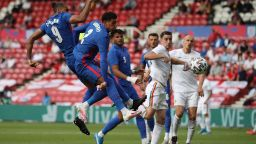 Англия би с дузпа в генералната си репетиция, а Босна на Петев продължава с лошите резултати