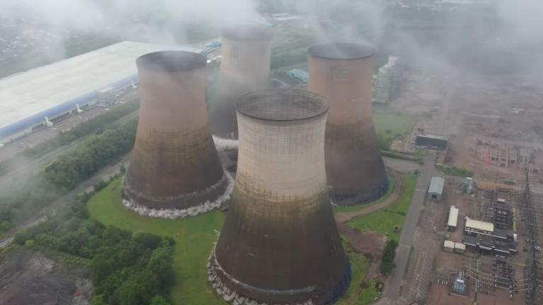 В английския град Стафордшир беше извършено контролирано разрушаване на четири