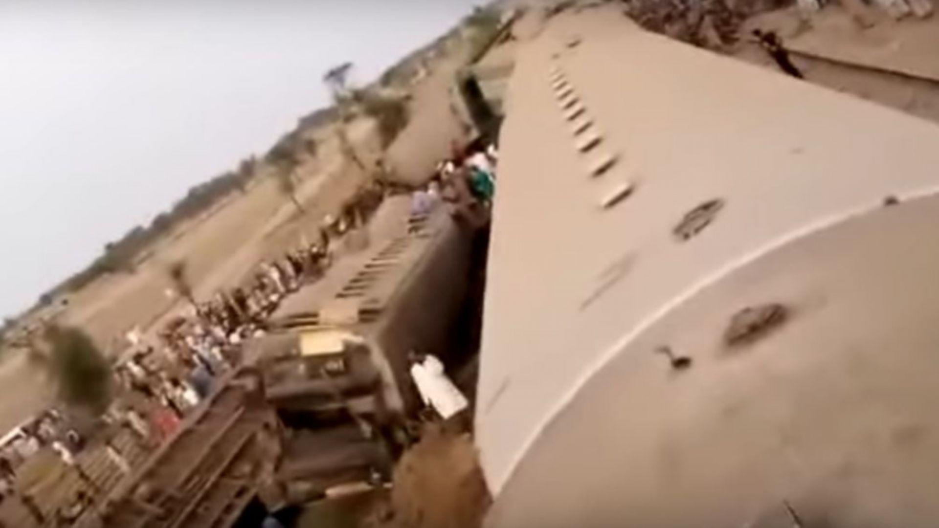 Десетки загинали при катастрофа на два влака в Пакистан (Видео)