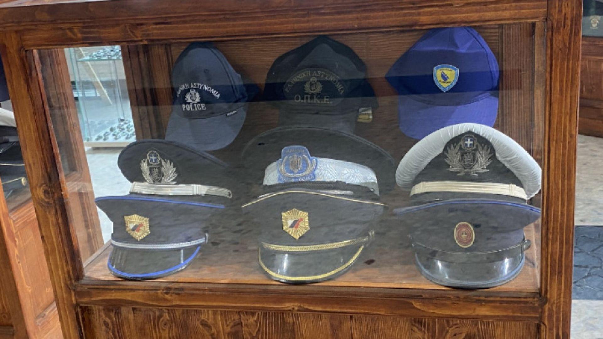Откриват изложба на полицейски шапки и униформи в Бургас