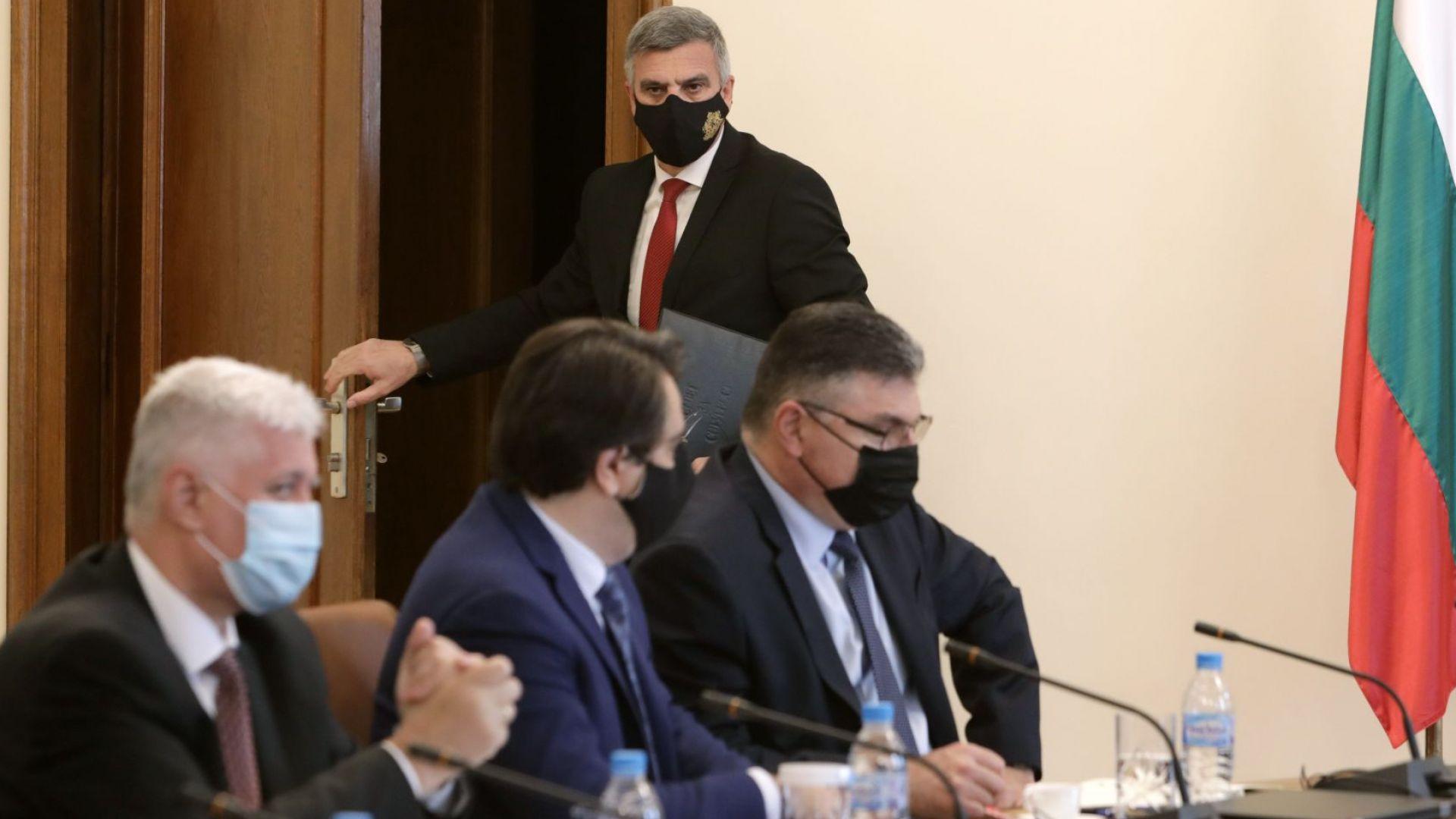 Премиерът Янев влиза в заседателната зала