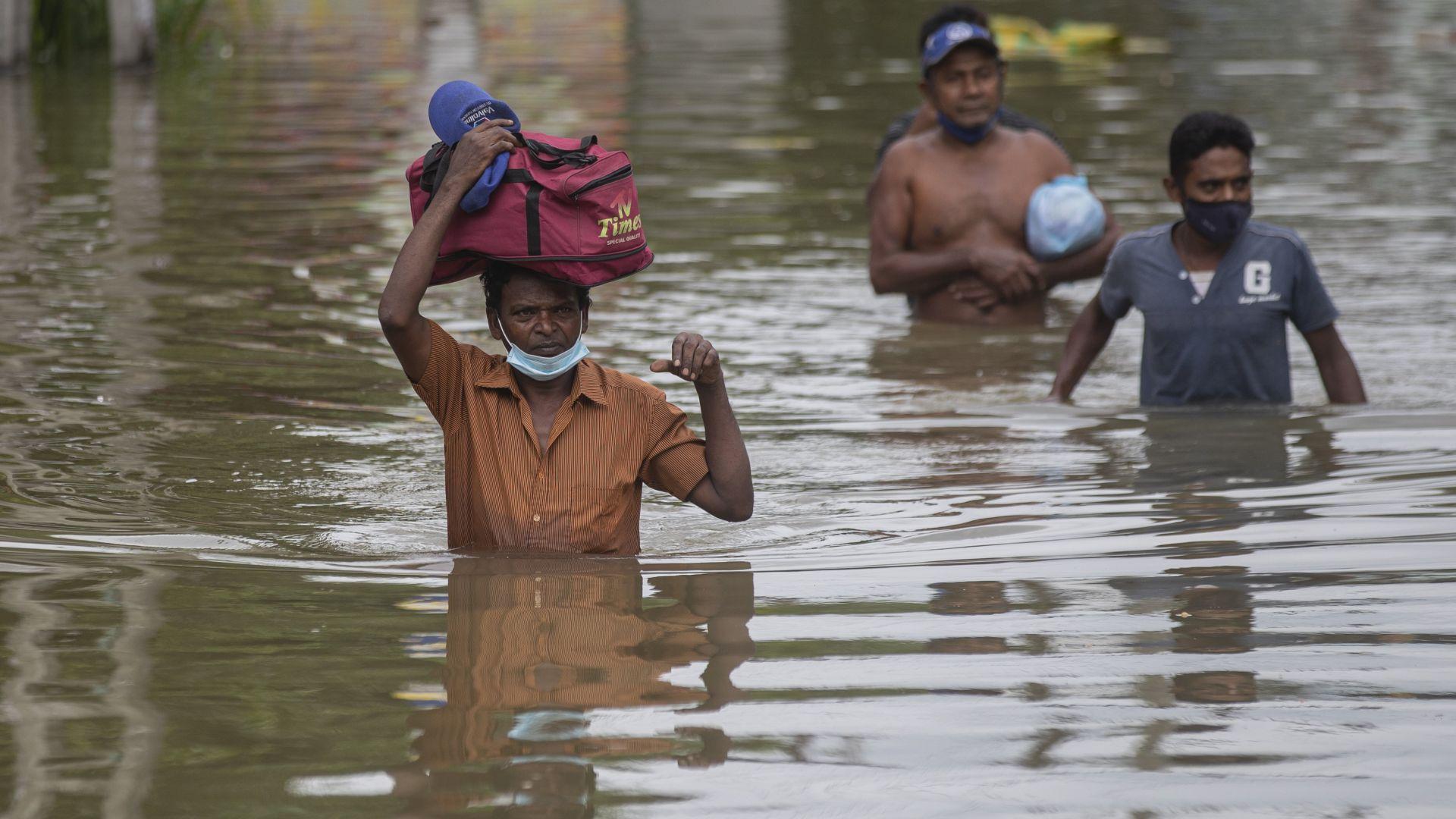 Наводнения и свлачища отнеха живота на най-малко 17 души в Шри Ланка (снимки/видео)