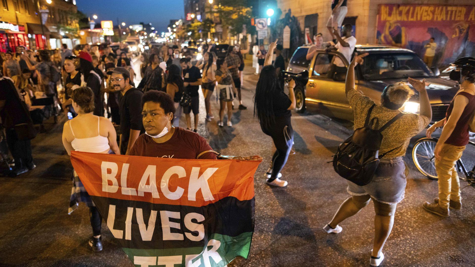 Минеаполис отново пламна от протести заради ново убийство на чернокож (снимки/видео)