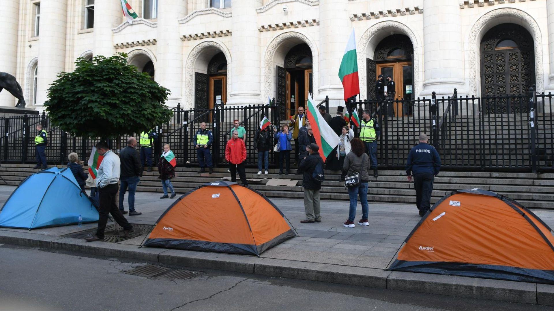 Разпънаха палатков лагер пред Съдебната палата (снимки)