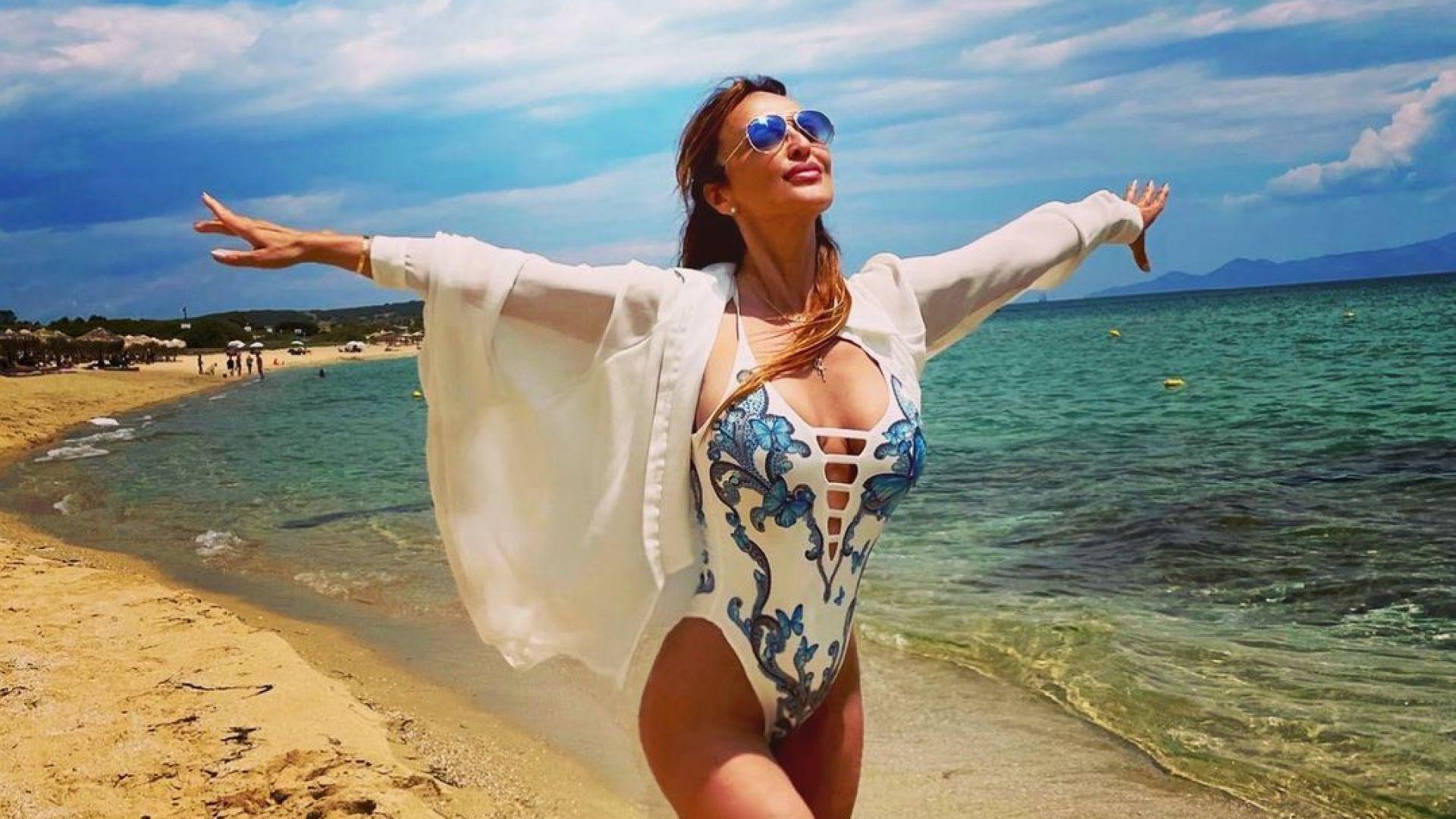 Баба ли? Глория показа младежка фигура по бански на лазурен гръцки плаж