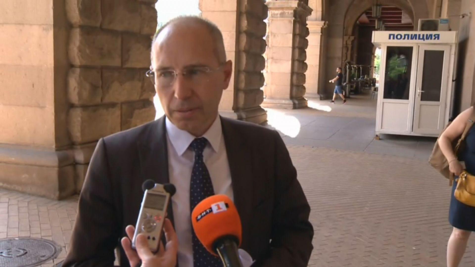 Последен опит: Стефан Янев извика на среща доставчика на машините за гласуване