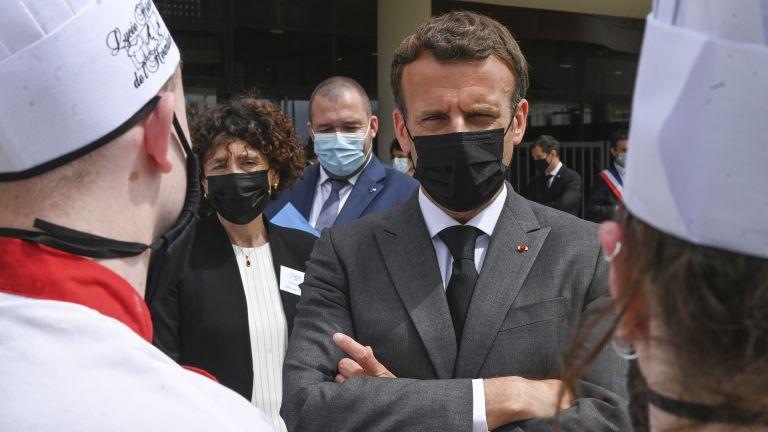 Двама души бяха арестувани, след като мъж зашлеви френския президент