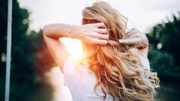 Здрава коса в лъчите на слънцето