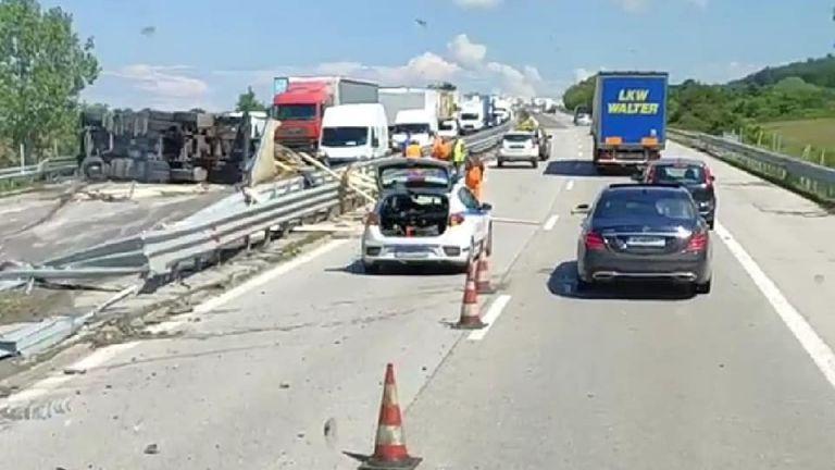 Тежка катастрофа между два тежкотоварни камиона блокира движението по магистрала