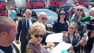 """Министър Комитова констатира нарушения по трасето на участък 6 от АМ """"Хемус"""""""