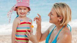 Как да предпазим от бебе до баба от вредните слънчеви лъчи?
