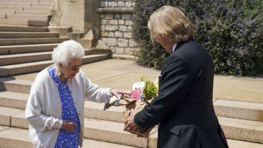 Кралица Елизабет Втора засади нов сорт роза в памет на покойния си съпруг