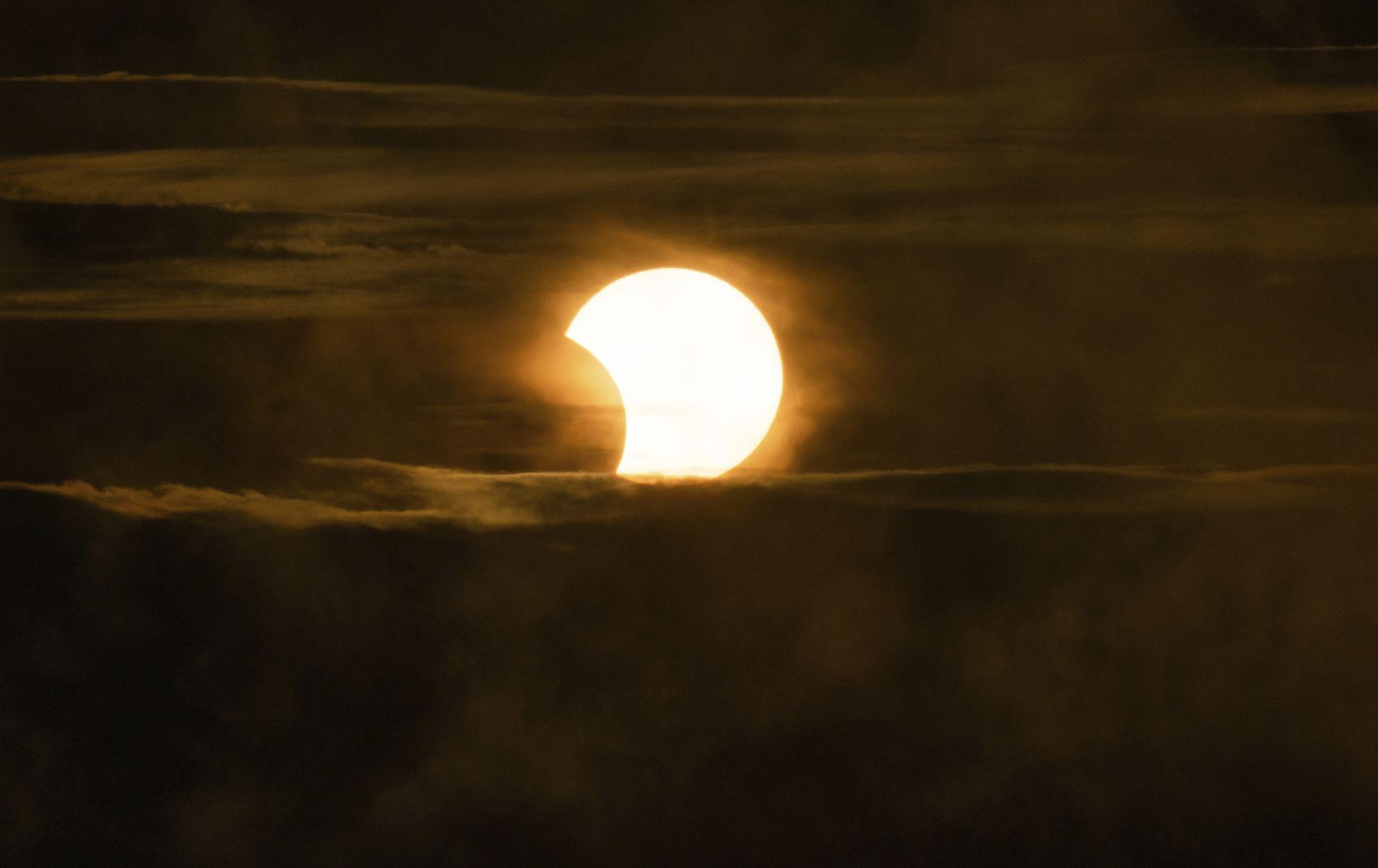 Частичното слънчево затъмнение над центъра на Питсбърг