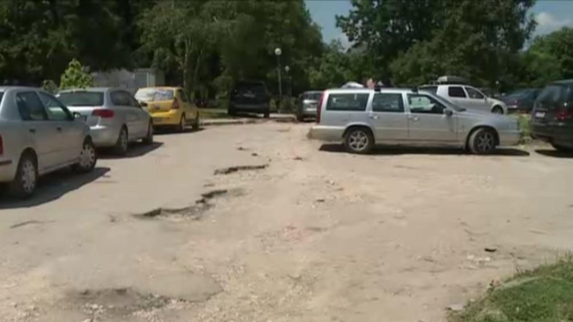 Огромни дупки тормозят шофьорите в русенски квартал
