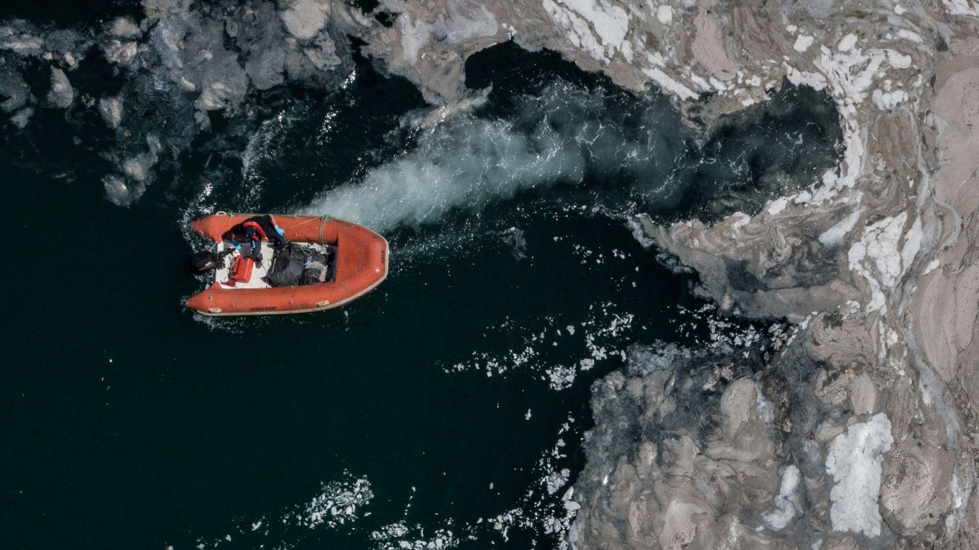 Морската слуз вече застрашава и егейски острови в разгара на сезона (видео)