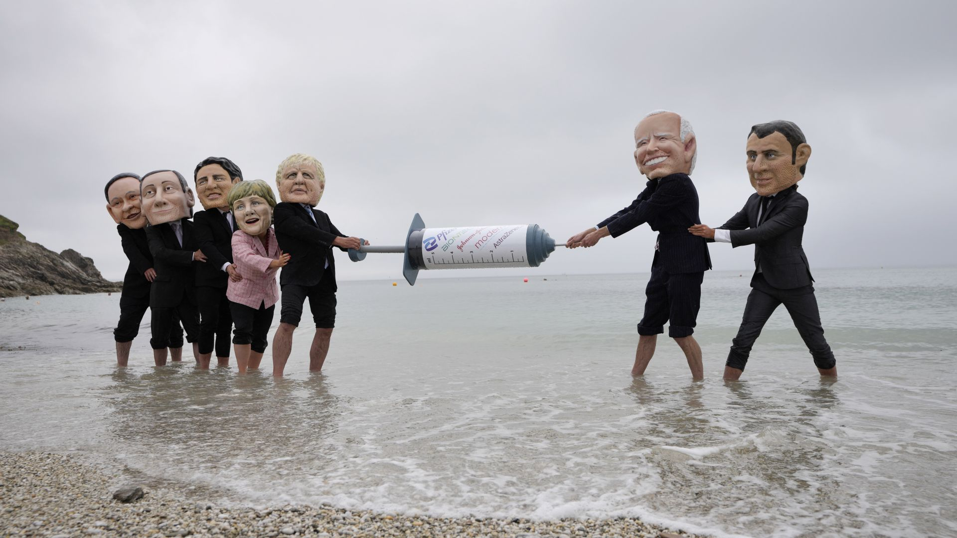 Активисти, дегизирани като световни лидери, протестираха преди срещата на Г-7 (снимки)