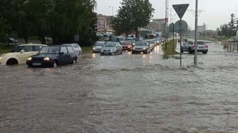 Пороен дъжд се изля над Велико Търново и затрудни трафика