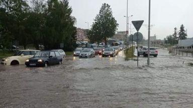 Пороен дъжд се изля над Велико Търново и повреди пътя София-Варна (снимки/видео)