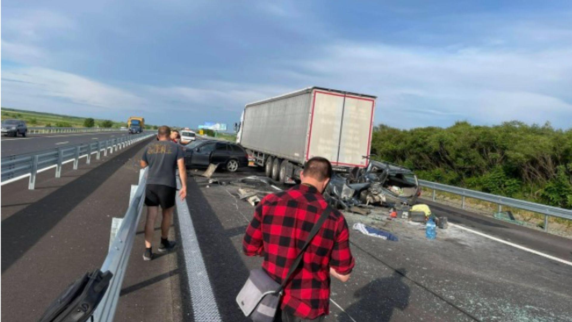 """Кола влезе под ТИР при катастрофа на магистрала """"Тракия"""", човек е ранен"""