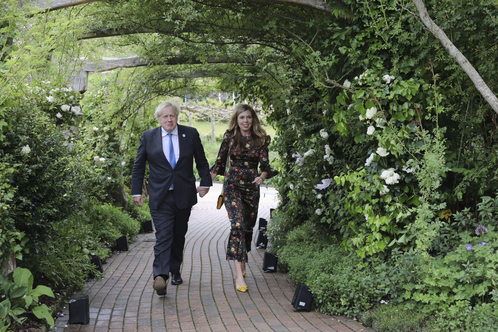 Борис Джонсън и съпругата му Кари Джонсън отиват на прием при кралица Елизабет II