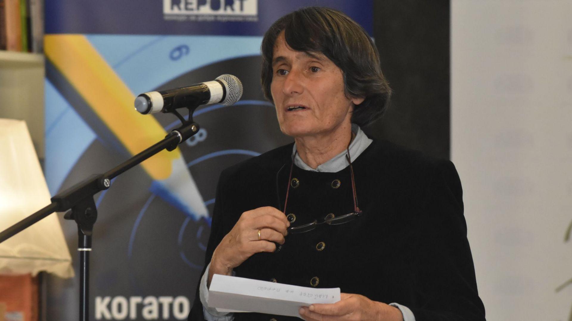 """Голямата ни писателка Здравка Евтимова връчи почетната награда """"Майстор на перото""""."""