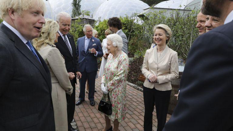 Кралица Елизабет II посрещна лидерите от Г-7 в ботаническата градина на Корнуол (снимки)