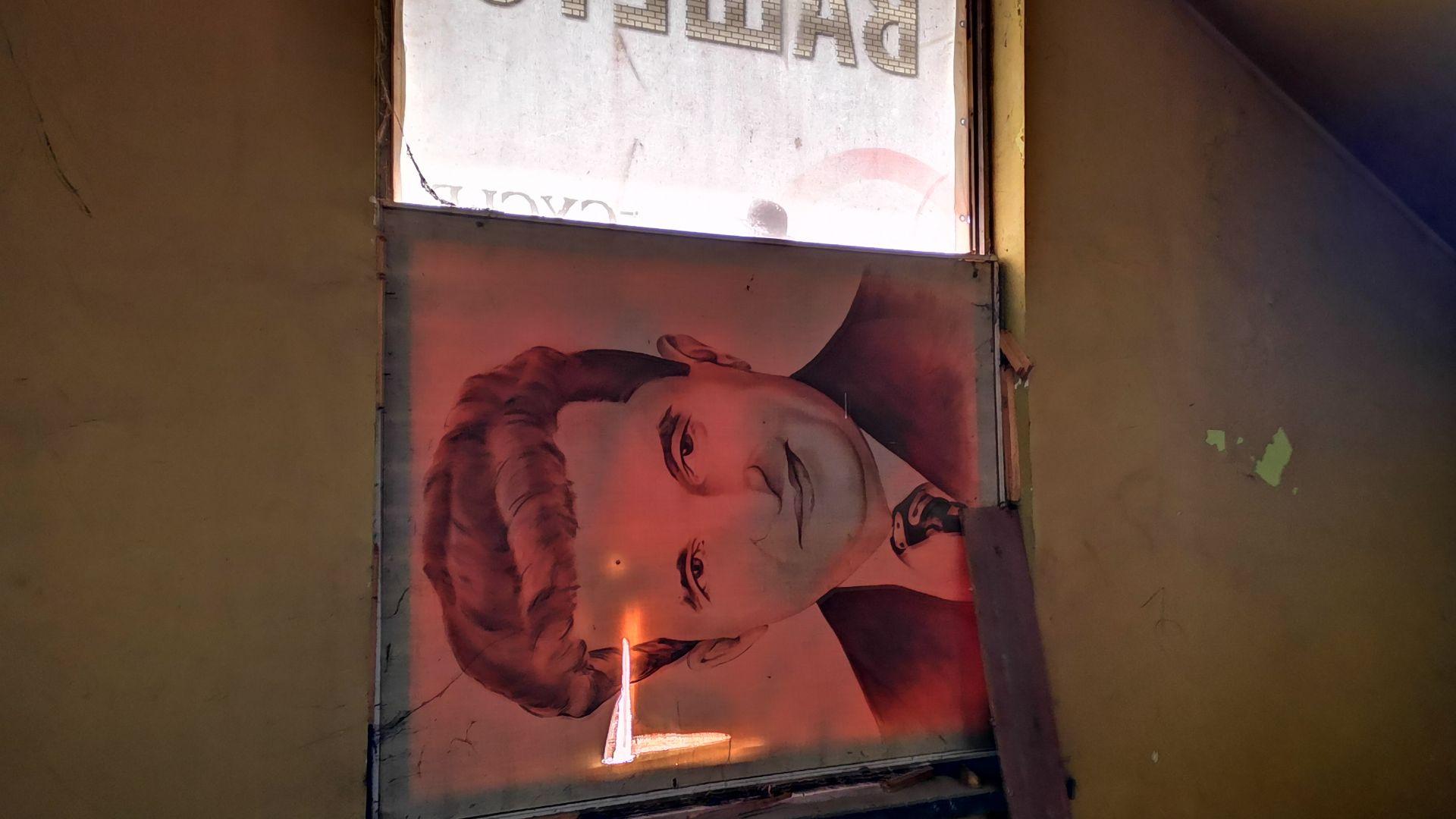 Чаушеску се е превърнал в един от портиерите на Дома на металурга