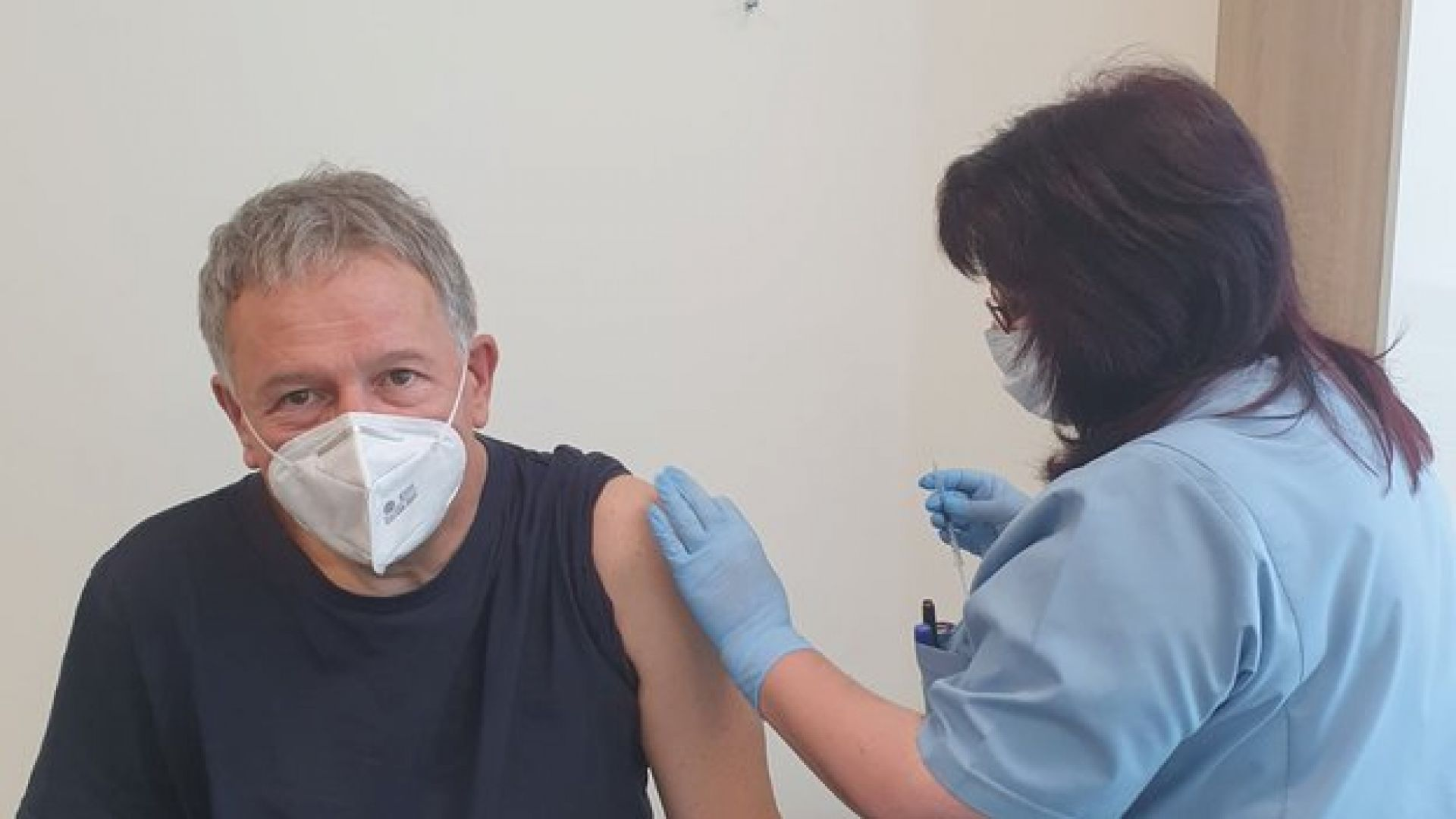 Министър Кацаров се ваксинира срещу Covid-19, Кантарджиев консултира пунктове в София