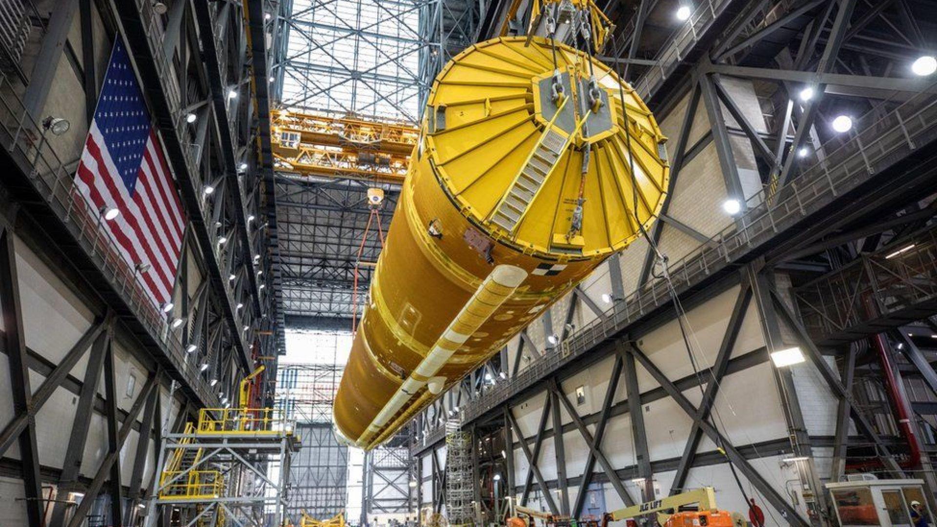 НАСА сглоби първата ракета за пилотираните мисии до Луната (снимки и видео)