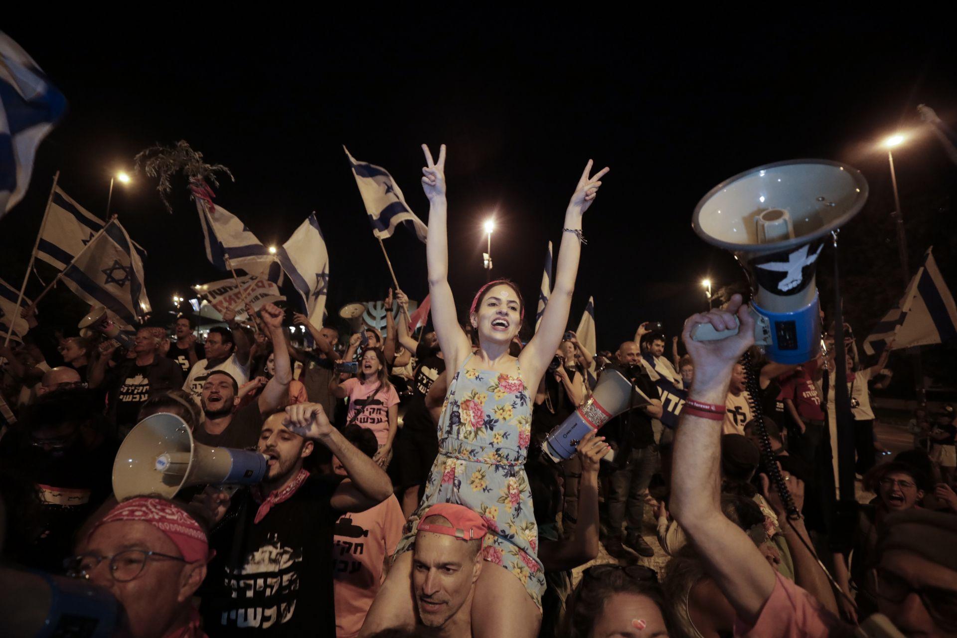 Израелците празнуват полагането на клетва на новото правителство в Йерусалим