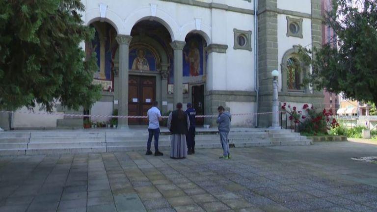 Неизвестни за сега извършители са разбили и ограбили църквата