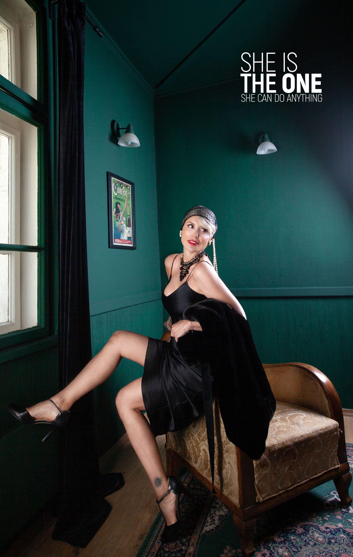 Първата визия на Стефания Колева - класическа, повлияна от театъра и киното, каквато е и Стефания. Кройката на роклята ѝ е свободна, права, падаща, съчетана с шал от кожа, тюлена бандата, перли или обувки с кръстосано закопчаване на малък ток. Гардероб: Рокля от Patrizia PEPE// Бижута,кожа и обувки- личен архив// Аксесоар за коса Lе Divin