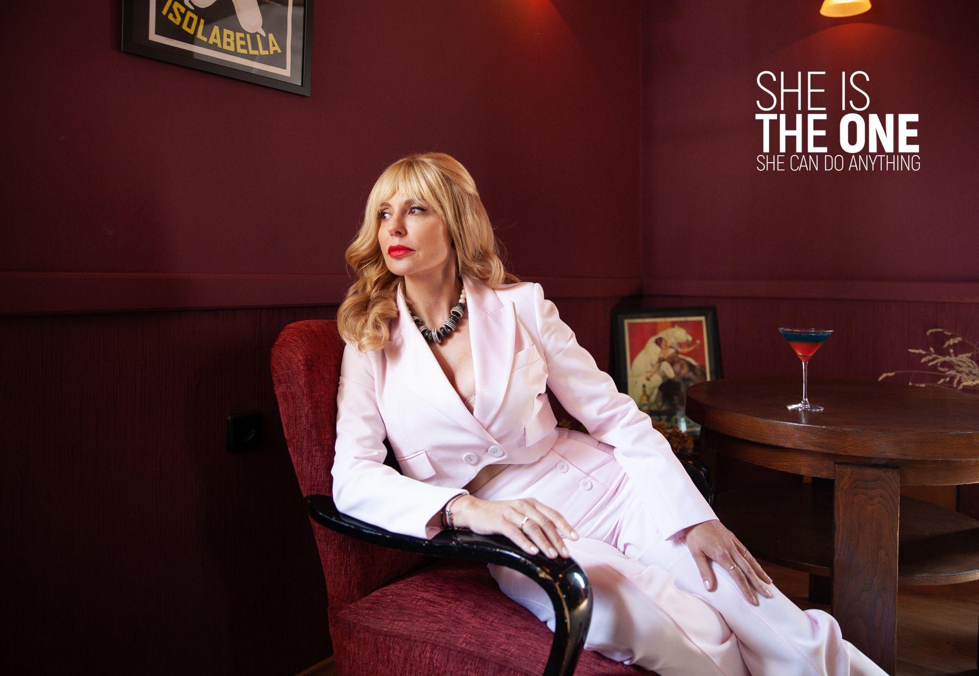 Във втората визия виждаме Стефания в елегантен стил, повлиян от Жаклин Кенеди на характерния много висок тънък ток и в костюм с двуредно закопчаване и късо сако – тенденция, която влиза в женския гардероб през 60-те години. Гардероб: Kостюм - Patrizia PEPE// Oбувки от Scandal- Guess// Бижута- личен архив