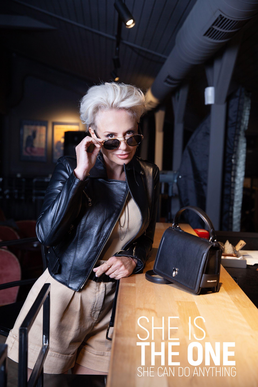 За трета визия на Стефания е съчетан стилът от 90-те години до днес. Високи ботуши, кожено яке и деветдесетарска прическа в стила на Бриджит Нилсен, къси панталони (но не прекалено!) и блуза по тялото с пера по маншета и модерни очила. Гардероб: Кожено яке, блуза, къси панталонки - Patrizia PEPE// Чанта - Scandal - Karl Lagerfeld//Очила: Opticlasa - Jimmy Choo