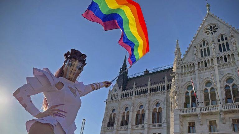 Хиляди унгарци протестираха в понеделник срещу законопроект, който забранява дискусии