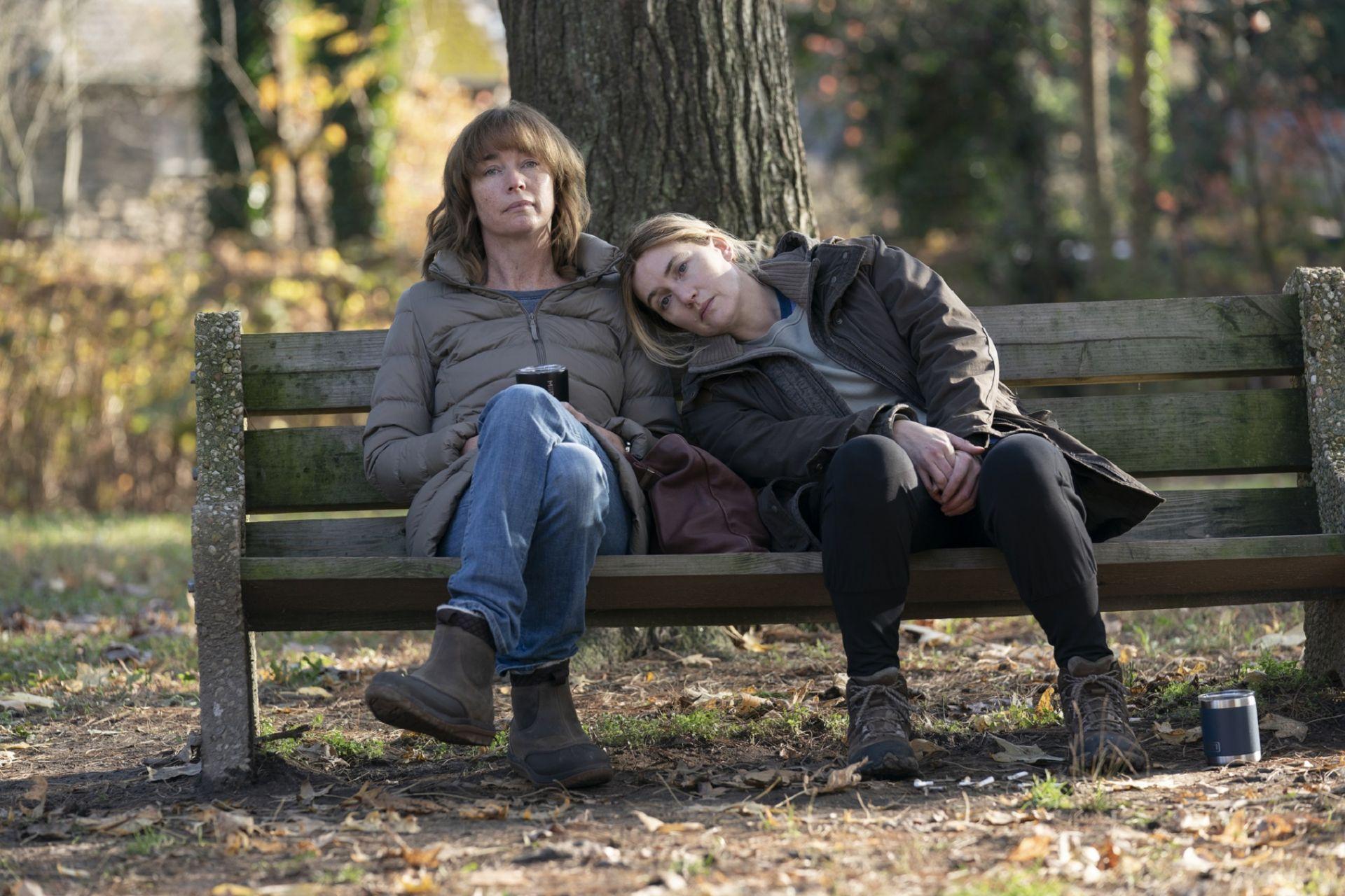Мер с най-добрата си приятелка във филма - Лори, изиграна от  Джулиан Никълсън