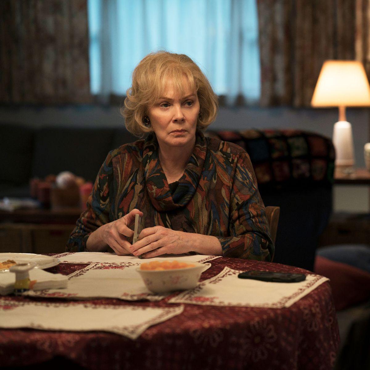 Хелън, майката на Мер в сериала е изиграна от Джийн Смарт