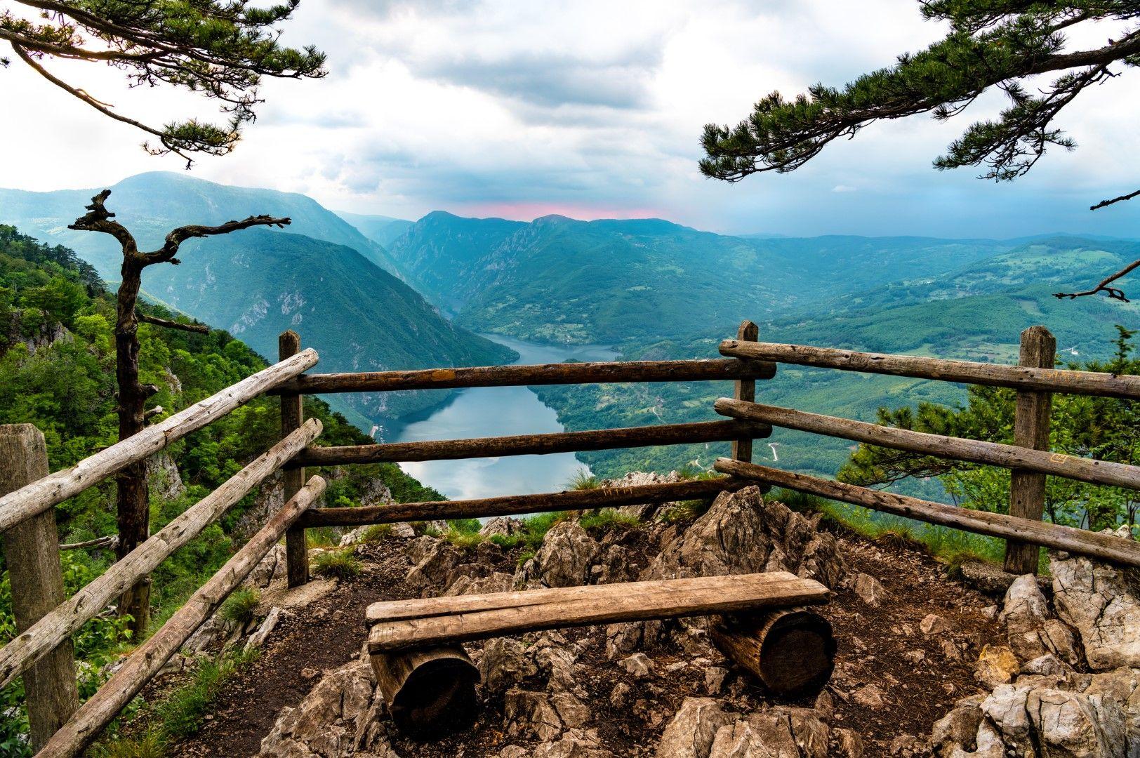 Панорамна площадка в Национален парк Тара с изглед към езерото Перучац и река Тара