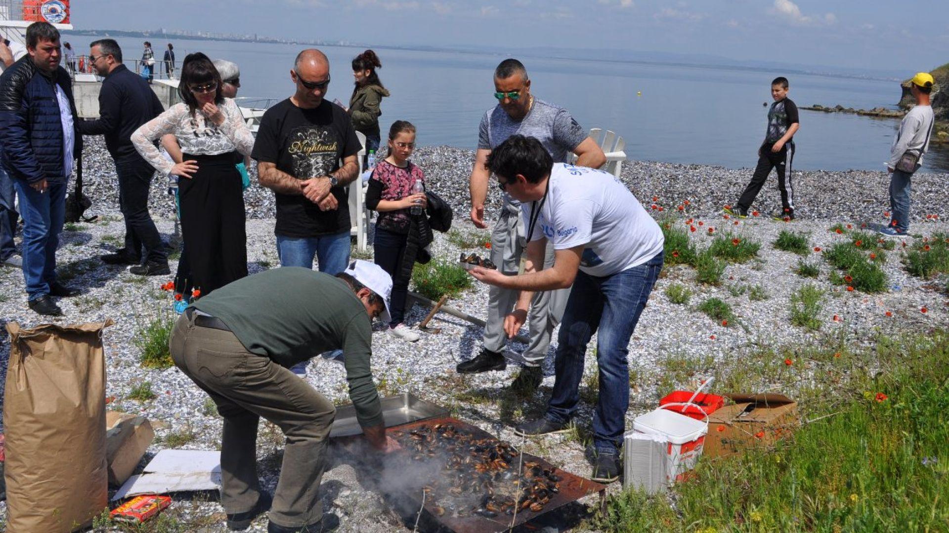 Миден уикенд на остров Св. Анастасия, водолази чистят морето