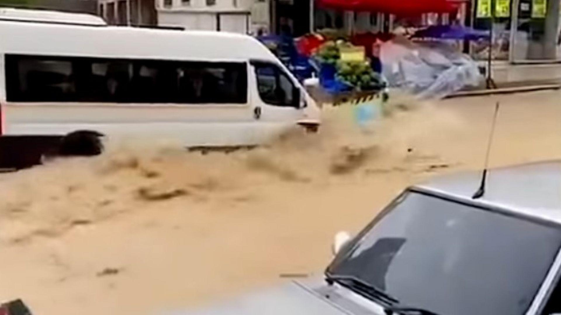 Порои потопиха пътища и къщи в Турция (видео)