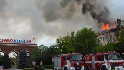 Голям пожар бушува в административната сграда на химическия завод в Димитровград (снимки/видео)