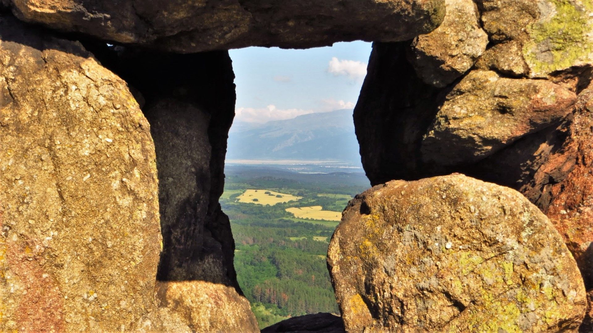 Скалният прозорец, през който слънцето преминава по залез