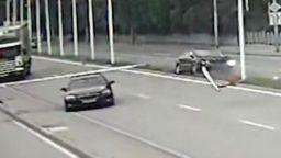 Автомобил отнесе пилони със знамена на пътя София-Варна (ВИДЕО)