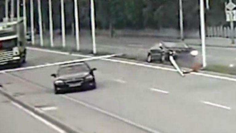 Лек автомобил отнесе три пилона със знамена на главния път
