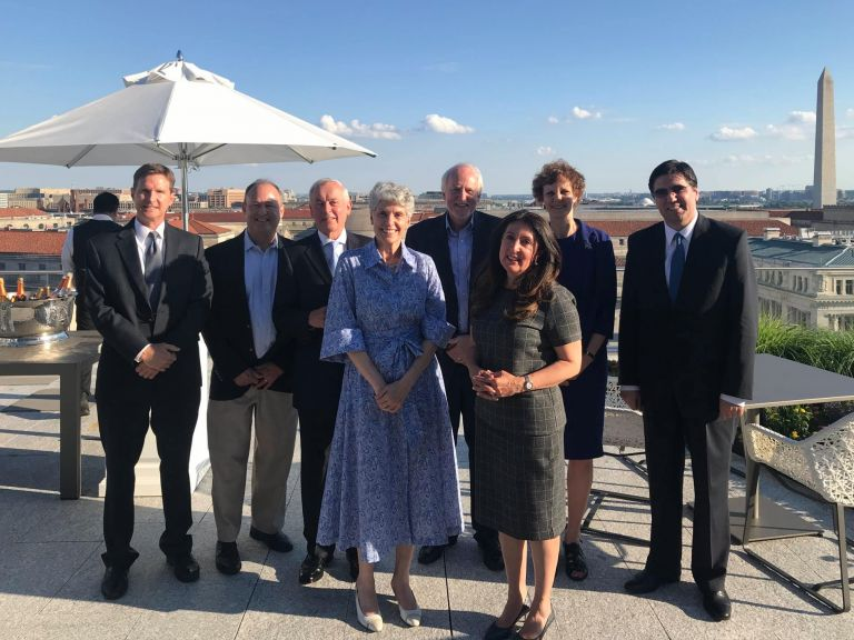 На снимката са президента на Фондацията Нанси Шилър, настоящия председател на Борда на директорите на Фондацията Крис Матлън, заместник-председателя и поемащ ролята на председател Гейл Байски и посланик Херо Мустафа