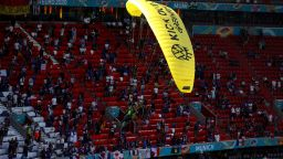"""Няколко души са в болница заради """"въздушен"""" протест преди мача в Мюнхен"""